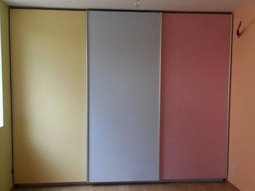 Гардероб с плъзгащи врати в три цвята