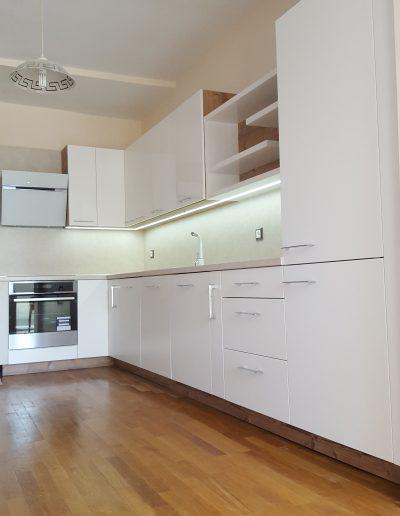 Кухнята е изработена с лицеви елементи от бял МДФ, комбинация от мат и гланц. Корпусите на шкафовете са от ПДЧ Бор Брамберг, Egger. Работният плот и гърбът са Авалон Крем, Egger