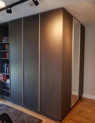 Стаята за момчето е изработена с видими детайли от МДФ фурнир дъб. За плъзгащата врата е използван механизъм Slide Line M, Hettich, който движи вратата пред корпуса на гардероба. По този начин отвореното пространство може да е отляво или отдясно.