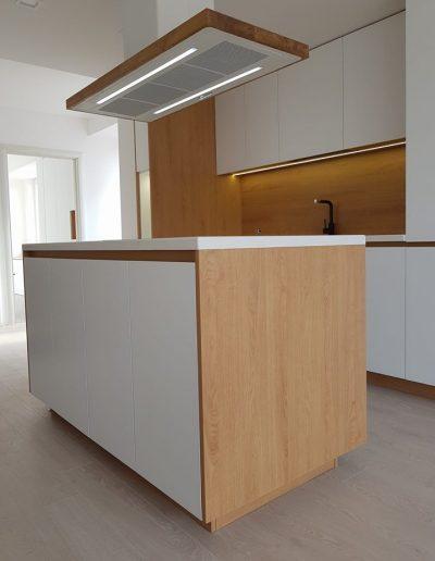 Кухня по поръчка в комбинация от ПДЧ Дъб Корбридж и МДФ бял мат