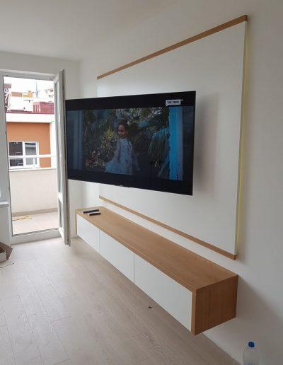 ТВ секция по поръчка в комбинация от ПДЧ Дъб Корбридж и МДФ бял мат